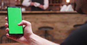 运作和移动在有绿色屏幕的一个电话的人静态射击 股票视频