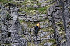 运动服攀登的白种人白男性攀岩运动员 库存图片