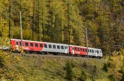 运行在Hallstatt,奥地利的旅游火车 库存图片