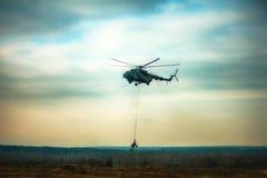 运输火炮的军用军队直升机 免版税库存照片