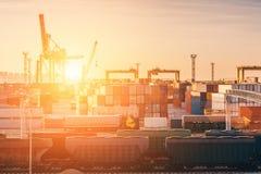 运送进口和出口物品的运输海港在有起重机的,工业企业后勤终端货箱 免版税库存图片
