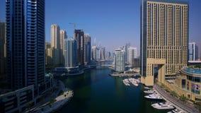 迪拜街市都市风景普遍的现代都市摩天大楼建筑学在美好的4k空中寄生虫全景跨线桥的 股票录像