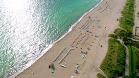 迈阿密,佛罗里达,美国- 2019年1月:在南迈阿密海滩海洋海岸线的空中寄生虫全景视图飞行 股票视频