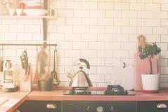 茶壶火炉烹调区域家庭厨房的台式 免版税库存图片