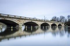 蜒蜒桥梁,海德公园,伦敦 免版税库存图片
