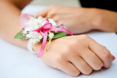 花与丝带的婚礼装饰 库存图片