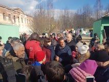 莫斯科地区,弗里亚济诺,Grebnevo庄园09 03 2009年:Samy Naceri法国参观庄园的出租汽车影片的星和演员 免版税库存图片