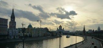 莫斯科河的河岸日落的 库存照片