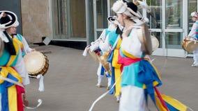 莫斯科,俄罗斯,2018年7月12日:韩国文化节日 一个明亮的色的衣服的小组音乐家和舞蹈家执行 股票录像