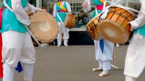 莫斯科,俄罗斯,2018年7月12日:韩国文化节日 一个明亮的色的衣服的小组音乐家和舞蹈家执行 影视素材