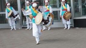 莫斯科,俄罗斯,2018年7月12日:韩国文化节日 一个明亮的色的衣服的小组音乐家和舞蹈家执行 股票视频