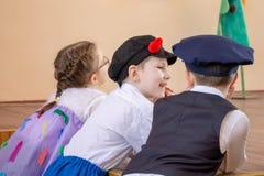 莫斯科,RUSSI - 2018年5月06日:狂欢节或音乐会服装说闲话的微笑的孩子 免版税库存照片