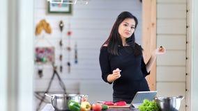 获得乐趣和跳舞在厨房的愉快的亚裔妇女在烹调新有机膳食期间 股票录像