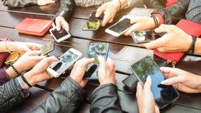 获得少年的人乐趣使用智能手机-分享在社会媒介网络的Millenial社区内容与流动聪明 免版税库存照片