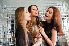 获得愉快的女孩唱歌在党的乐趣 免版税图库摄影