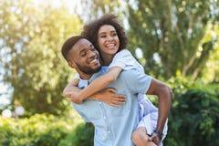 获得愉快的年轻的夫妇笑和乐趣 库存图片