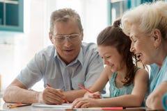 获得的孩子和的祖父母乐趣 免版税图库摄影