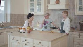获得资深的夫人花费时间的乐趣一起喝酒和吃果子 三名成熟妇女沟通 股票视频