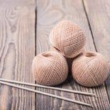 螺纹线团 毛线和编织针球编织的在木背景 免版税库存照片