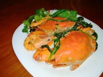 螃蟹和虾厨师用椰奶 库存图片