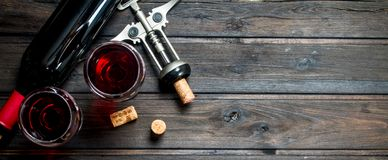 背景玻璃红葡萄酒 与拔塞螺旋的红酒 免版税库存图片