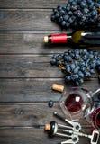 背景玻璃红葡萄酒 与拔塞螺旋的红酒 库存照片