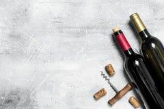 背景玻璃红葡萄酒 与拔塞螺旋的红酒 免版税图库摄影