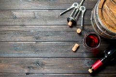 背景玻璃红葡萄酒 桶与拔塞螺旋的红酒 免版税库存照片