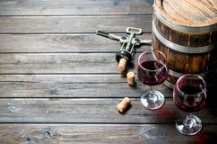 背景玻璃红葡萄酒 桶与拔塞螺旋的红酒 免版税库存图片