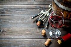 背景玻璃红葡萄酒 桶与拔塞螺旋的红酒 库存照片