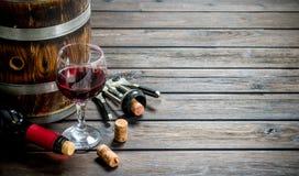 背景玻璃红葡萄酒 桶与拔塞螺旋的红酒 库存图片