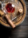 背景玻璃红葡萄酒 桶红酒和拔塞螺旋 库存图片