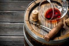 背景玻璃红葡萄酒 桶红酒和拔塞螺旋 库存照片