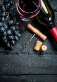背景玻璃红葡萄酒 红酒用葡萄和拔塞螺旋 免版税库存图片