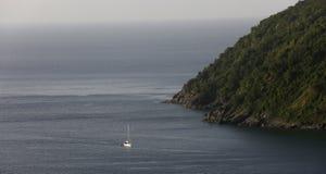航行到藤茎庭院海湾,托尔托拉岛,英属维尔京群岛里 免版税库存图片