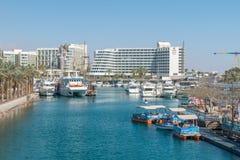 船和游艇看法对埃拉特海湾 库存照片