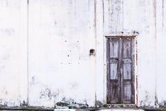 葡萄酒减速火箭的家庭内部建筑设计,简单的老年迈的热带褐色风化了织地不很细退色的木镶板门和 免版税图库摄影