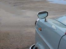 葡萄酒汽车有镀铬物结束的边镜子 免版税库存图片