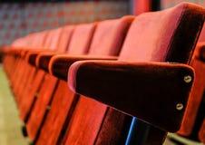 葡萄酒戏院大厅椅子 免版税库存照片