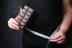 肥胖妇女用肥胖食物和措施磁带 免版税库存照片