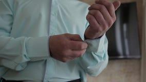蓝色衣服的成功的人调直他的袖子,特写镜头 股票录像