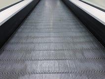 自动扶梯在公共购物中心、购物中心或者百货店 电梯 霓虹灯,现代自动扶梯 免版税图库摄影