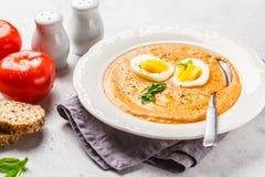 自创西班牙salmorejo用在白色板材的鸡蛋 库存照片