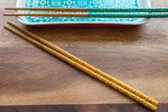 自然竹筷子和板材在木桌背景 免版税图库摄影