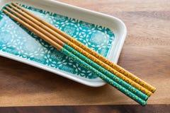 自然竹筷子和板材在木桌背景 库存照片