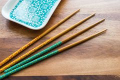 自然竹筷子和板材在木桌背景 免版税库存照片