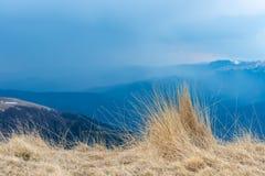 自然风景观点的山和草,设计的美好的背景和卡片 干草早春天风景  库存照片
