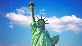 自由女神像在反对天空和云彩的美国 影视素材