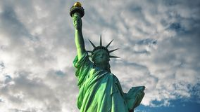 自由女神像在反对天空和云彩的美国 股票视频