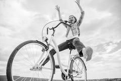 自由和欢欣 当喜欢循环时,妇女感到自由 自已运输的多数令人满意形式 循环给 库存照片